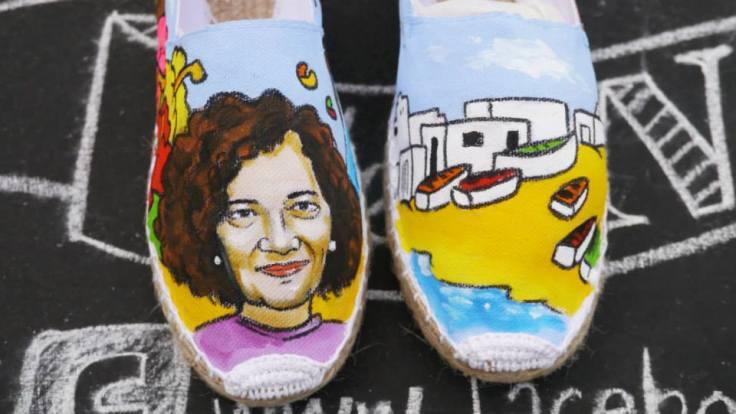 Alpargatas de las Nanis pintadas a mano en La Graciosa